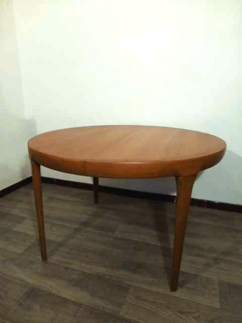 Table scandinave ronde en teck kofod larsen 1965 for Table scandinave ronde