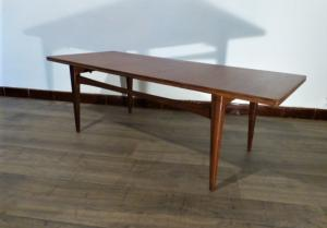 TABLE BASSE SCANDINAVE EN TECK. 1970