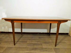 GRANDE TABLE SCANDINAVE EN TECK. 1960.