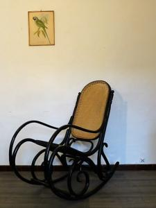 ROCKING CHAIR NOIR EN BOIS ASSISE CANNAGE. 1960