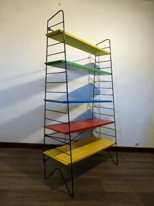 ETAGERE BIBLIOTHEQUE STRING MULTICOLORE. 1960.