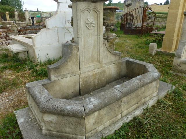 Fontaine haute en pierre de cassis for 60350 haute fontaine