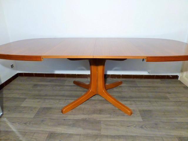 Grande table scandinave ovale en teck for Table ovale en teck